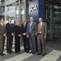 SCA - Gruppeaufnahme mit Firmenlogo