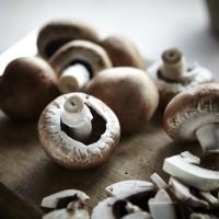 Champignons auf Holzbrett